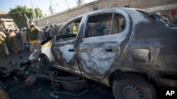 7일 예멘 수도 사나의 경찰학교 인근에서 폭탄테러가 발생한 가운데, 경찰이 사고현장 사진을 찍고 있다.