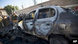 Cảnh sát Yemen tại hiện trường vụ đánh bom xe bên ngoài học viện cảnh sát ở Sanaa, Yemen, ngày 7/1/2015.