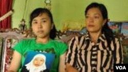Anak Satinah TKW asal Ungaran, Kabupaten Semarang yang terancam hukuman pancung di Arab Saudi, Nur Afriana (18) memegang foto ibunya (VOA/Andylala)