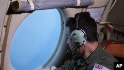 Awak pesawat angkatan udara Australia AP-3C Orion dalam pencarian pesawat Malaysia Airlines di atas Samudera Hindia (22/3). (AP/Rob Griffith)
