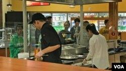 미국 리치먼드에 정착한 탈북자 소피아 린(오른쪽) 씨가 자신이 운영하는 음식점에서 일하고 있다.
