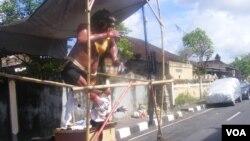 Ogoh-ogoh yang akan diarak keliling desa di Bali menjelang pelaksanaan Hari Raya Nyepi. (VOA/Muliarta)