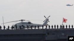 """Các thành viên của Lực lượng Tự vệ Hải quân Nhật Bản đứng trên boong tàu khu trục """"Izumo"""" trong buổi duyệt binh trên biển diễn ra tại vịnh Sagami, ngày 15/10/2015."""