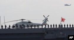 Các thành viên Lực lượng Phòng vệ Biển Nhật Bản đứng trên boong tàu khu trục Izumo.