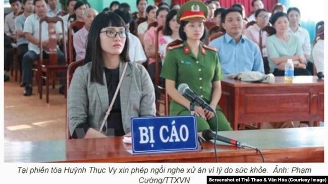 Huỳnh Thục Vy tại phiên tòa hôm 30/11 ở Đắk Lắk. (Ảnh chụp màn hình Thể Thao &Văn Hóa)