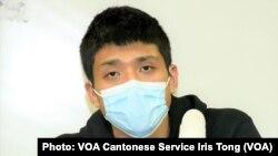12港人關注組成員、本土派社運人士鄒家成表示,兩名被中國當局移交給香港警方的未成年人,在天水圍警署內神情緊張及呆滯,避談鹽田看守所的遭遇。而中國官媒大肆報道10名港人在深圳的審訊是公平、公正、公開,被告人全部認罪,他質疑12港人可能在鹽田看守所受到酷刑對待才有這些反應 (攝影:美國之音湯惠芸)