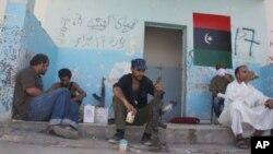 ក្រុមអ្នកប្រយុទ្ធកំពុងរង់ចាំធ្វើសកម្មភាពនៅជិត ស្រុក Bani Walid ដែលកាន់កាប់ដោយ Gadhafi ថ្ងៃទី៤ កញ្ញា ២០១១