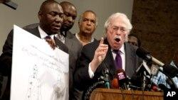18일 미국 미주리주 세인트루이스에서 법의학 전문가 마이클 베이든 박사(오른쪽)가 경찰의 총에 맞아 사망한 마이클 브라운의 2차 부검 결과를 발표하고 있다.
