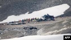 Investigadores de accidentes y personal de rescate trabajan en los restos de un avión Junkers JU52 en Flims, el 5 de agosto de 2018, después de que se estrellara contra Piz Segnas, un pico de 3.000 metros (10.000 pies) en el este de Suiza, el 4 de agosto de 2018. AFP/Fabrice Coffrini.