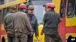 Para penambang berkumpul di luar setelah terjadinya ledakan di pertambangan batu bara di Donetsk, Ukraina (4/3).