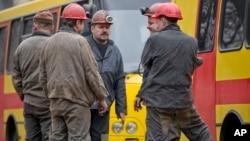 4일 폭발 사고가 발생한 우크라이나 동부 도네츠크의 탄광 밖에 광부들이 몰려있다.