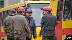 爆炸现场外的矿工