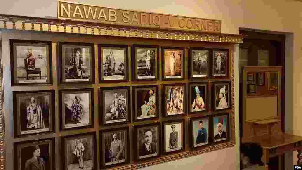 داخلی دروازے سے بائیں جانب دربار ہال ہے جس میں تمام ادوار کے نوابوں کا ذکر اُن کی تصویروں کے ذریعے دکھائی دیتا ہے۔