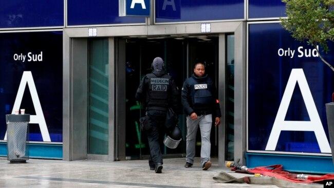 El mes pasado se produjo un incidente similar en el Museo del Louvre, donde un hombre egipcio atacó a soldados que protegían el lugar y fue baleado y herido.