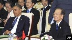 20일 캄보디아 프놈펜에서 동남아시아국가연합 ASEAN 정상회의에 참석한 바락 오바마 미국 대통령과 원자바오 중국 총리.