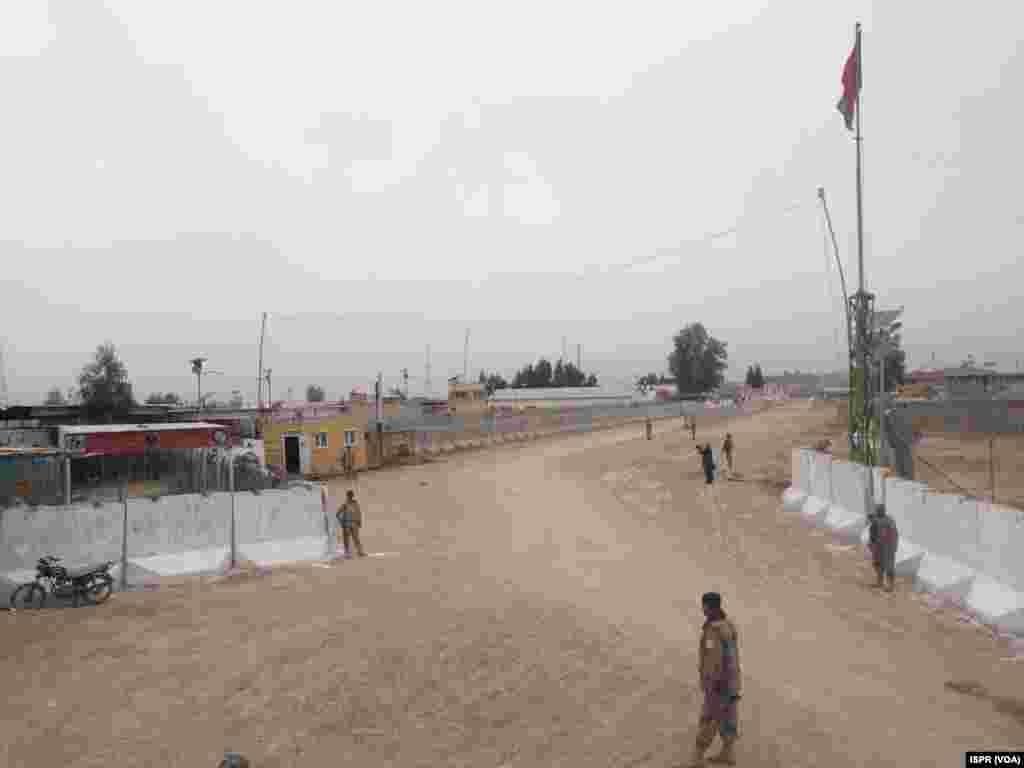 سرحدی راستے کے قریب کھڑے سکیورٹی اہلکار
