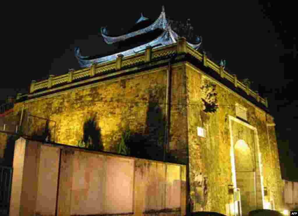 North Gate of Thăng Long Imperial City at night.