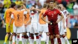 Cristiano Ronaldo con el semblante de la derrota mientras los alemanes, en segundo plano, celebran su triunfo.