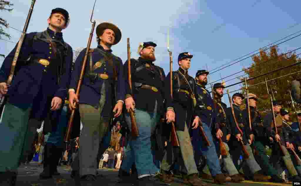 Шеренга солдат федеральной армии