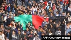 افغان های مهاجر در ایران که برای تماشای رقابت فوتبال افغانستان با عربستان سعودی در ستدیوم حضور یافته اند