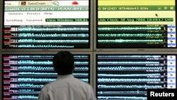 Seorang petugas sedang mengamati grafik di Badan Meteorologi dan Geofisika, Jakarta (Foto: dok). Jakarta dan sekitarya diguncang gempa berkekuatan 6,1 SR, Senin (4/6).