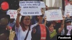 Nhà hoạt động Trương Thị Hà (áo trắng) tại cuộc biểu tình tháng 6/2018 ở Tp. HCM. Photo Facebook Truong Thi Ha