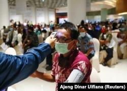 Seorang pria menjalani pemeriksaan kesehatan sebelum dia diinokulasi dengan Sinovac China selama program vaksinasi massal di sebuah pusat perbelanjaan di Jakarta, 1 April 2021. (Foto: REUTERS/Ajeng Dinar Ulfiana)