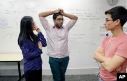 "MIT 학생들이 강의실에서 익명 텍스팅 사이트인 ""린 온 미(Lean On Me)"" 개발에 관한 대화를 나누고 있다."