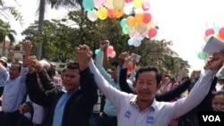 រូបឯកសារ៖ លោក រ៉ុង ឈុន ប្រធានសហភាពសហជីពកម្ពុជាបានបញ្ជាក់ប្រាប់ក្រុមអ្នកកាសែតនៅពីមុខព្រះអង្គដងកើកាលពីថ្ងៃច័ន្ទ ទី១០ មករា ២០១៤ ថាបើការទាមទារដំឡើងប្រាក់ខែឱ្យបាន១៦០ដុល្លារក្នុងមួយខែនិងដោះលែងអ្នកទាំង២១នាក់មិនទទួលបានជោគជ័យទេនោះសហជីពទាំង១៦នឹងដឹកនាំធ្វើមហាបាតុកម្មសារជាថ្មី។ (ហេង រស្មី/VOA Khmer)