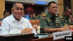 Menteri Pertahanan Ryamizard Ryacudu (kiri) dan Mayjen Hartind Asrin, sebelum rapat tertutup dengan Komisi I DPR di Gedung Parlemen Senayan, Senin 13/6. (VOA/Fathiyah)