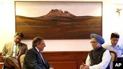 5일 만모한 싱 인도 국무총리(오른쪽)와 만난 리언 파네타 미 국방장관.