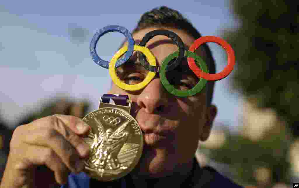 Os anéis dos Olímpicos fazem de óculos, uma medalha que não é de ouro, são os adornos deste fã dos Jogos Olímpicos à porta do estádio do Maracanã, antes da cerimónia de abertura dos Jogos Olímpicos 2016, Rio de Janeiro, Brasil, Ago. 5, 2016.