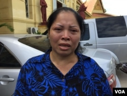 Ms. Yem Chantha, Mr. Ny Chakrya's wife, talks to journalists at Supreme Court after hearing the verdict on November 30, 2016. (Kann Vicheika/VOA Khmer)