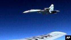 资料照:美国空军公布的这张照片显示,一架美国RC-135U飞机2017年6月19日在波罗的海上空的国际空域飞行时遭到俄罗斯一架苏-25战机的拦截。