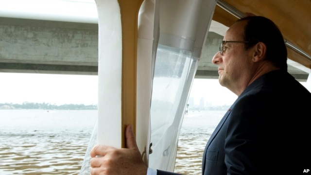 French President Francois Hollande takes a boat ride, July 17, 2014 on Abidjan's lagoon.