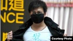 李承鹏被禁言只有亮出白色T恤(微博图片/王金明提供)