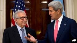 美國國務卿克里(右)和聯合國阿拉伯聯盟的敘利亞問題特使卜拉希米(左)在倫敦會談後呼籲就敘利亞問題緊急和談。