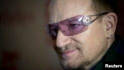 Bono, el líder de la banda irlandesa U2, dijo que sus gafas de sol se deben a que ha sufrido de glaucoma durante 20 años.