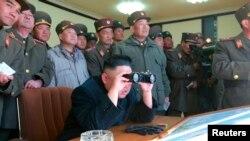 Shugaban Koriya ta Arewa kennan, Kim Jong-un a lokacin da yake shaidar atisayen dakarun kasar.