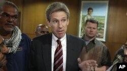 L'émissaire américain Chris Stevens s'adressant à la presse à Benghazi en avril 2011