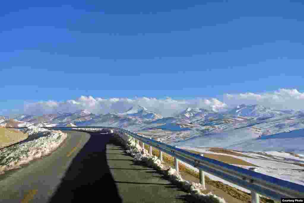 美國之音讀者提交照片顯示,2013年3月3日雪過天晴之後西藏尼泊爾邊界附近通往樟木的公路。(Photo by Tongqi Huang/VOA reader)