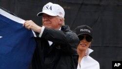 Le président Donald Trump accompagné de la première dame américaine, Melania, lord de leur visite à Corpus Christi, Texas, 29 août 2017.