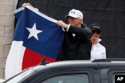 پرزیدنت ترامپ بعد از سخنرانی در جمعی از مردم، پرچم ایالت تگزاس را در دست گرفت.