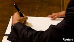 Претседателот Обама во 2009-та потпишува извршна наредба за Гвантанамо, на вториот ден откако влезе во Белата куќа