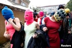 Các thành viên che mặt của nhóm nhạc bất đồng chính kiến Pussy Riot rời sở cảnh sát Adler trong thời gian diễn ra Thế vận hội mùa đông 2014 ở Sochi hôm 18/2/2014.