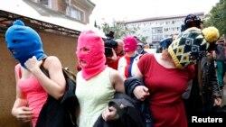 Los miembros de seguridad les quitaron sus instrumentos e intentaban quitarle las máscaras.