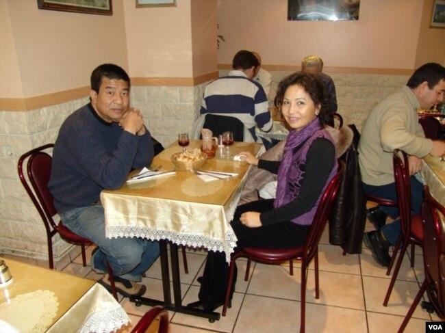 Dương Thu Hương và Đinh Quang Anh Thái tại một quán ăn ở Paris năm 2005. (Hình: Đinh Quang Anh Thái)