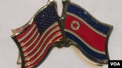 "The US-North Korean ""Friendship"" flag pin displayed at a gift store inside the State Department, Oct. 27, 2016. (S.Herman/VOA News)"