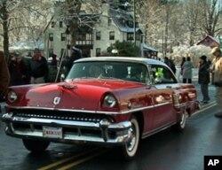 史托克伯雷杰大街红狮旅馆门前的古董车
