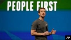 Zuckerberg dijo que la película de David Fincher había embellecido elementos de la naciente Facebook porque la realidad de la escritura de código no es glamorosa.